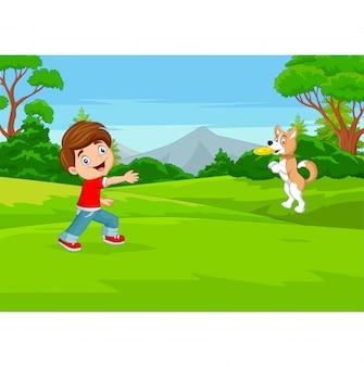 Niño de dibujos animados jugando frisbee con su perro en el parque