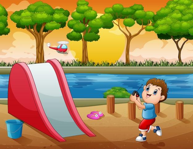 Niño de dibujos animados jugando con quadcopter en el patio de recreo