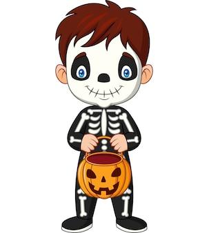 Niño de dibujos animados con traje de esqueleto con cesta de calabaza