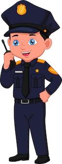 Niño de dibujos animados con traje de policía posando y hablando por radio