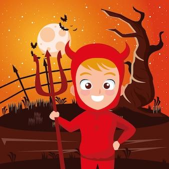 Niño con disfraz de diablo de halloween en frente de árbol en diseño de noche, tema de vacaciones y miedo