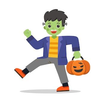 Niño disfrazado de monstruo zombie con cesta de calabaza para trick or treat sobre fondo blanco. feliz halloween.