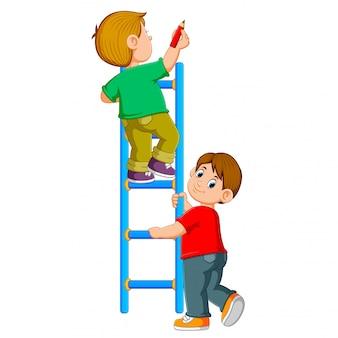 El niño está escribiendo en el ledder y su amigo lo sostiene.