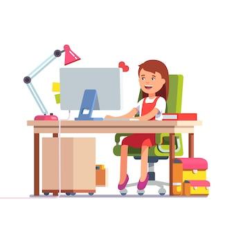 Niño de escuela niña estudiando delante de la computadora