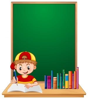 Un niño estudiante estudia con copyspace.