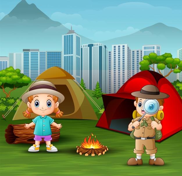 El niño explorador con una niña en el campamento