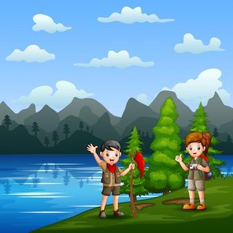 Niño de exploradores de dibujos animados en la orilla del río