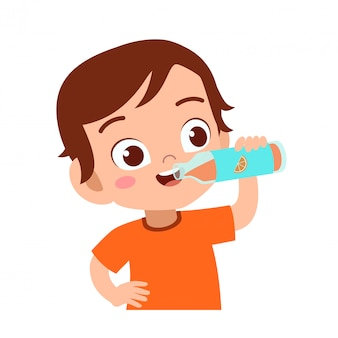 Niño feliz bebe jugo