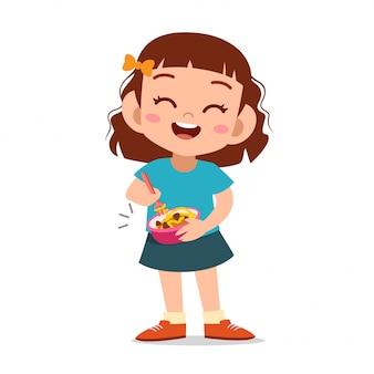 Niño feliz comiendo