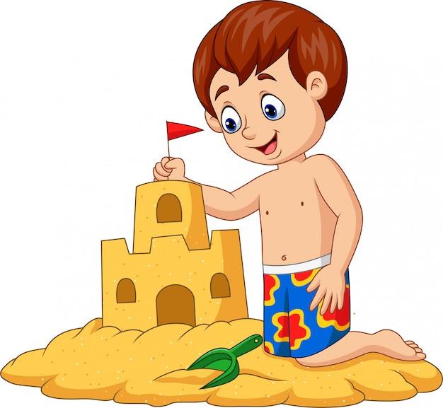 Niño feliz de dibujos animados haciendo castillo de arena