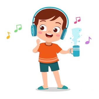 Niño feliz escuchando música