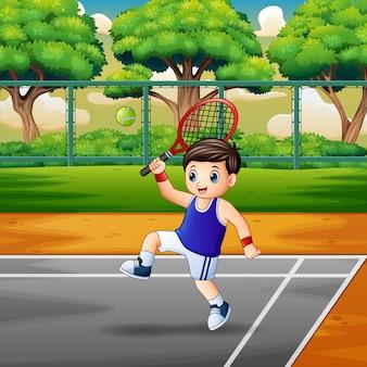 Niño feliz jugando al tenis en las canchas