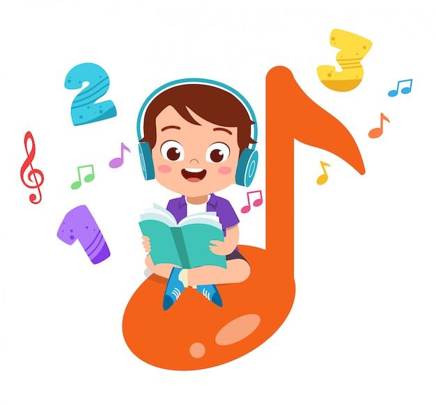 Niño feliz lee libros y escucha música