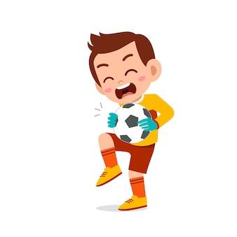 Niño feliz niño jugar fútbol como portero