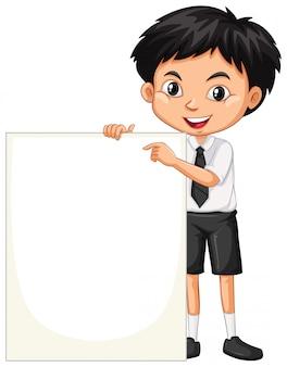 Un niño feliz con tablero en blanco