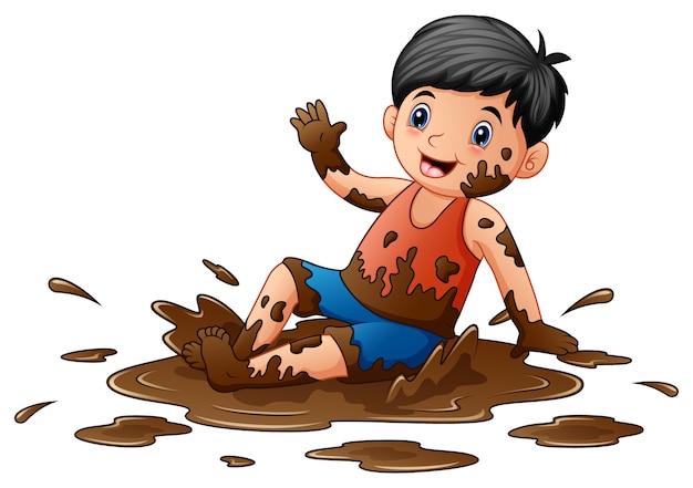 Niño jugando en el barro