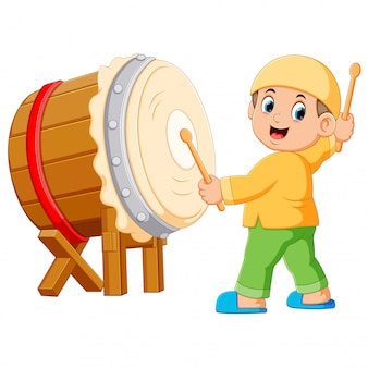 Un niño jugando dibujos animados bedug