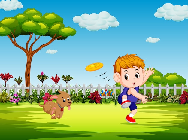 Niño está jugando frisbee con su perro en el patio