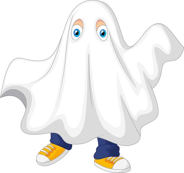 Niño lindo en un disfraz de fantasma celebrando halloween