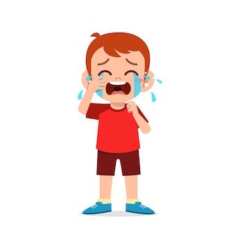 Niño lindo con expresión de llanto y rabieta