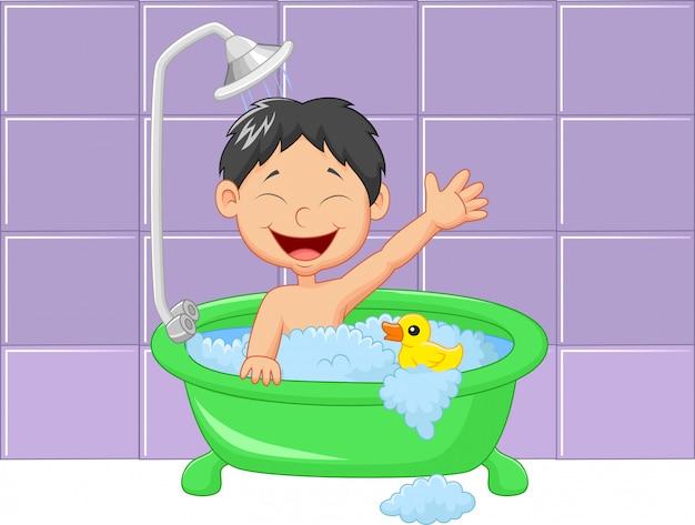 Niño lindo de la historieta que tiene baño