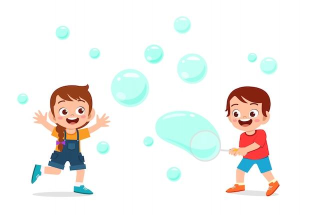Niño lindo niño y niña soplan ilustración de burbujas