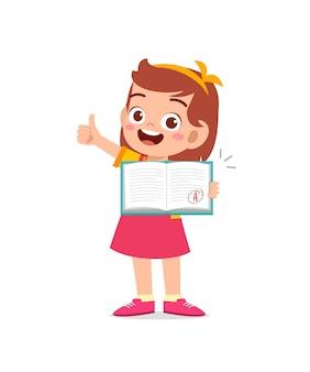 Niño lindo se siente feliz porque obtiene una buena calificación en el examen