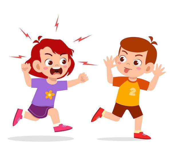 Niño malo corre y muestra una mueca a un amigo enojado