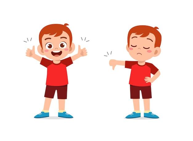 Niño muestra gesto de la mano con el pulgar hacia arriba y hacia abajo