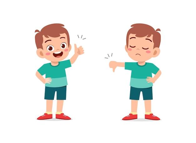 Niño muestra gesto de la mano con el pulgar hacia arriba y el pulgar hacia abajo