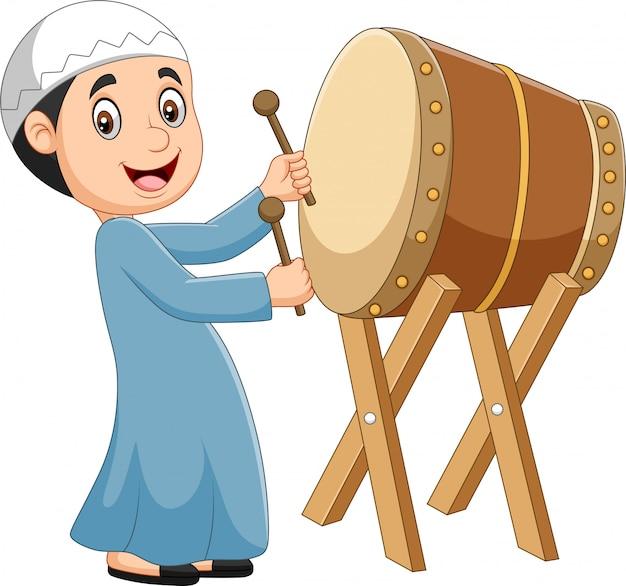 Niño musulmán de dibujos animados golpeando bedug