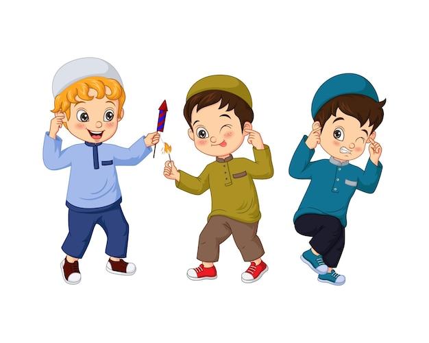 Niño musulmán de dibujos animados jugando con fuegos artificiales