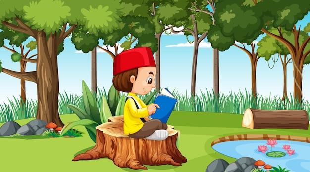 Niño musulmán viste ropas tradicionales y leyendo un libro en el bosque