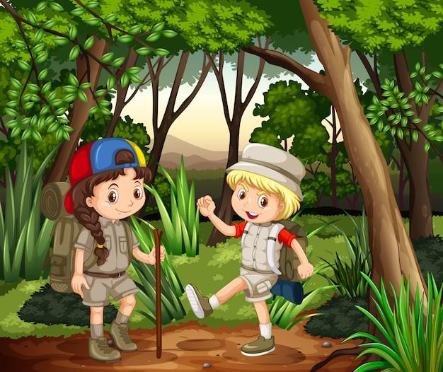 Niño y niña acampando en el bosque