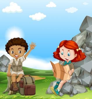 Niño y niña acampando en el campo