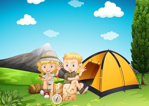 Niño y niña acampando en el parque