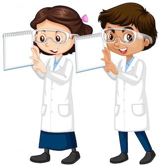 Niño y niña en bata de ciencia con notas