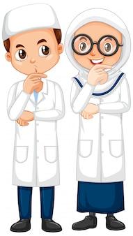 Niño y niña en bata de ciencia de pie aislado