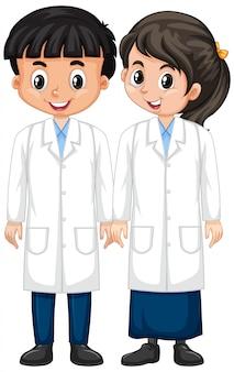 Niño y niña en bata de ciencia de pie en blanco