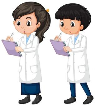 Niño y niña en bata de ciencia de pie sobre fondo blanco.