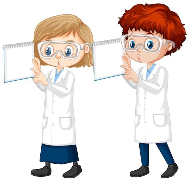 Niño y niña en bata de ciencia sobre fondo aislado