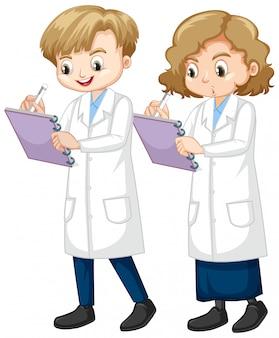Niño y niña escribiendo nota de ciencia sobre fondo blanco.