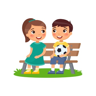 Niño y niña están sentados en el banco.