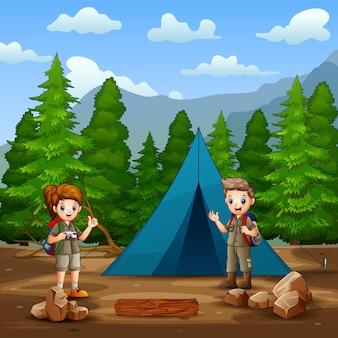 El niño y la niña exploradores acampando en la ilustración del bosque