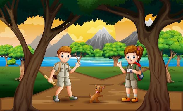 El niño y la niña exploradores en el paisaje de la naturaleza.