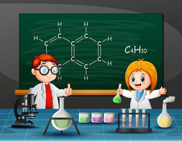 Niño y niña haciendo experimento químico