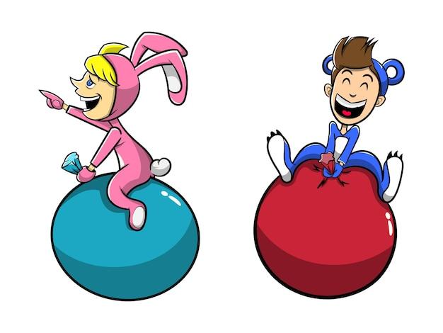 Niño y niña juega saltando con globo con dibujos animados de disfraces de animales