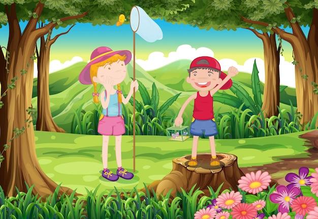 Un niño y una niña jugando en el bosque.