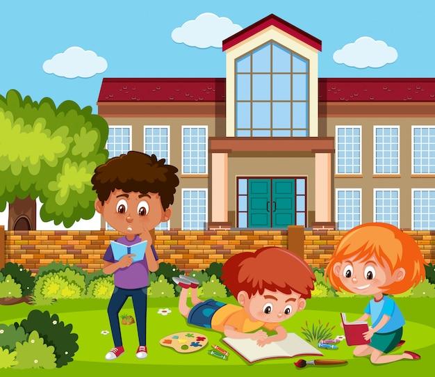 Niño y niña leyendo en el jardín de la escuela