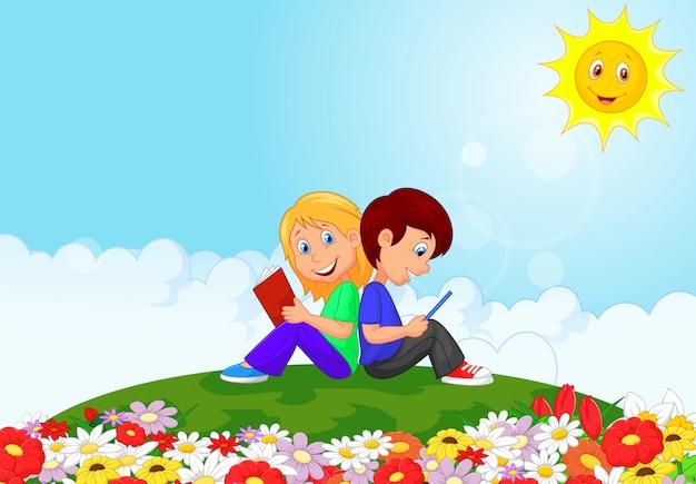 Niño y niña leyendo libros en el jardín de flores
